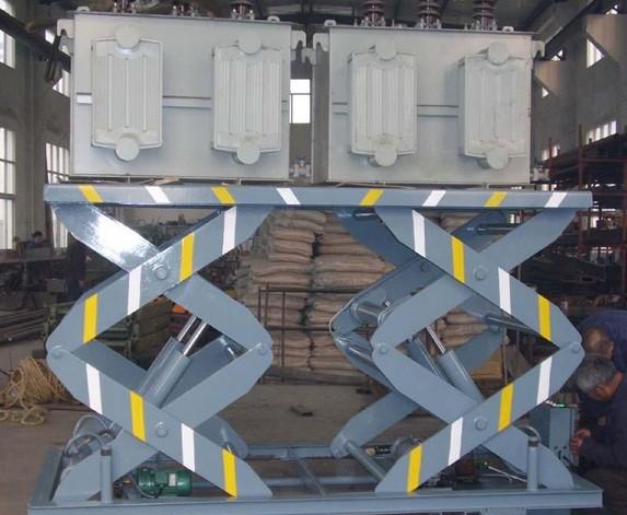 双跨固定式升降平台设有双重限位开关保护。双跨固定式升降平台设有防止液压管路破裂的防爆装置。双跨固定式升降平台设有漏电保护装置。举升机采用高强度矩形锰钢管。设有防止升降台超载的安全装置。设有停电情况下的应急下降装置。产品有多种动力可供选择。我们的升降机、升降平台、登车桥产品全都采用以上安全措施。安全、可靠、实用是我们的一贯追求,您选择了我们,就是选择了安心、就是选择了放心、就是选择了省心。 济南闻韶升降机械有限公司是固定式升降平台、移动式升降平台、升降机、登车桥专业研发、生产企业,公司技术力力量